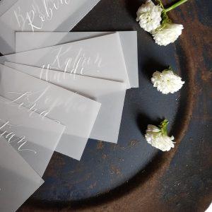 Platzkarten mit weißer Tinte auf Transparentpapier