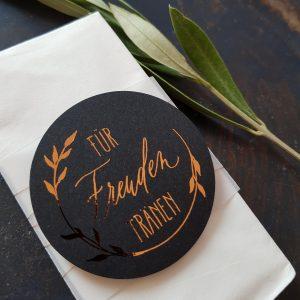 Taschentuch mit Banderole für Freudentränen schwarz mit Schrift in Kupfer-Folie und Transparentpapier