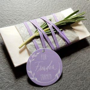 Taschentuch mit Banderole in grau und violettem Band und Anhänger mit Rosmarin