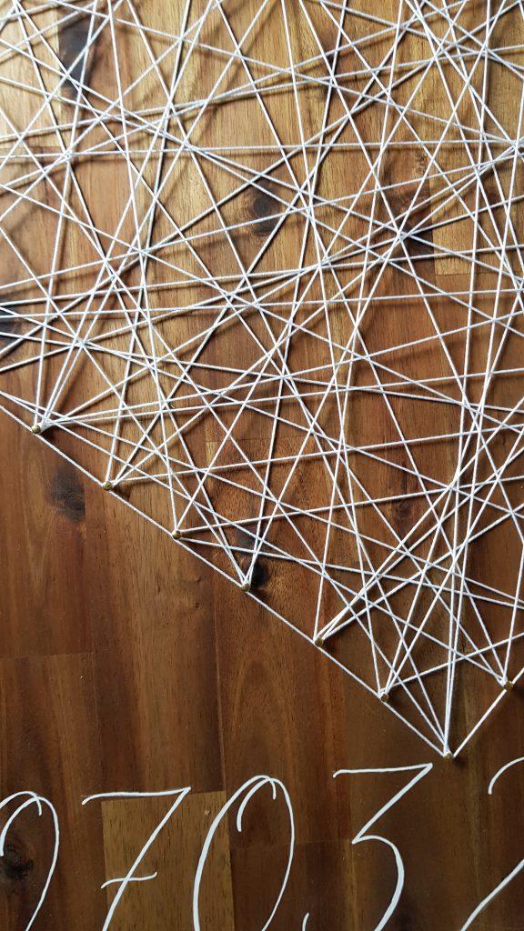 Herz in String Art auf der Gästewand