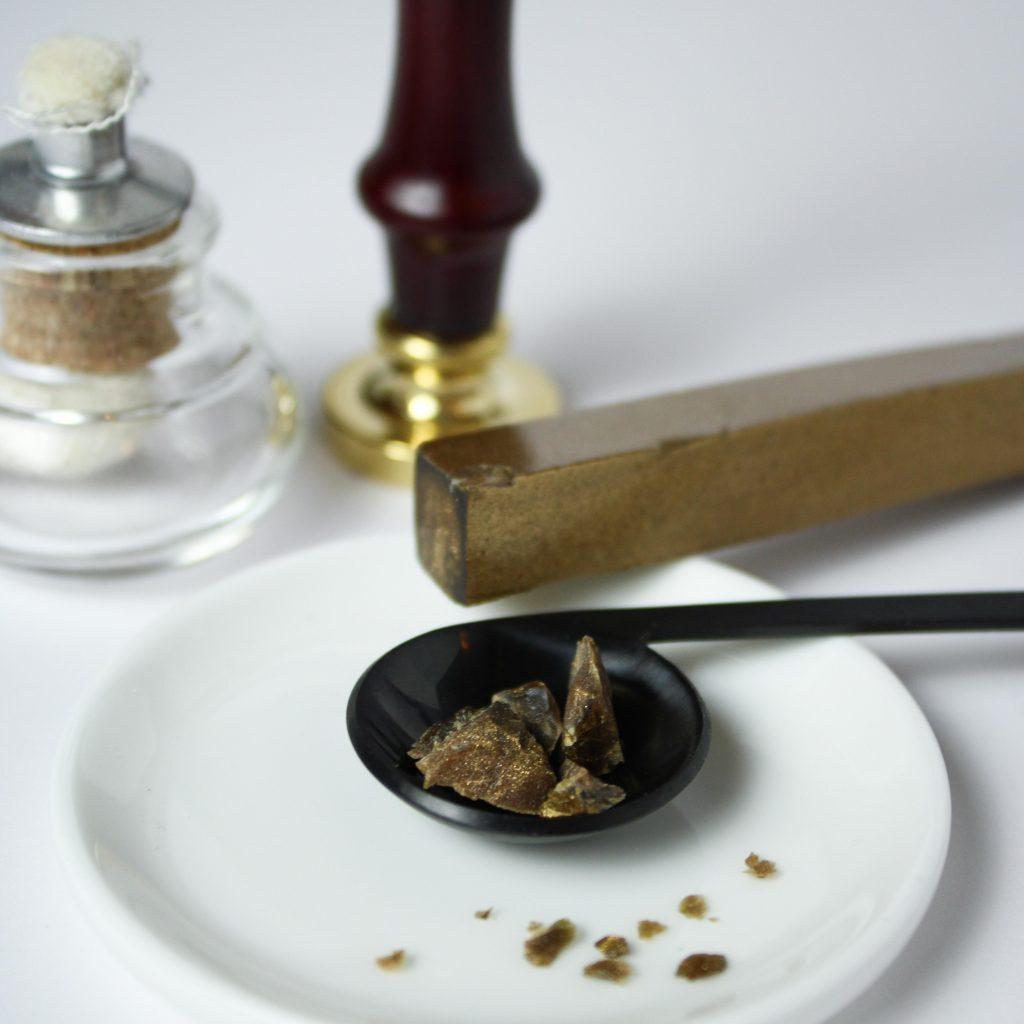 Siegellack mit Schmelzlöffel und Siegelstempel