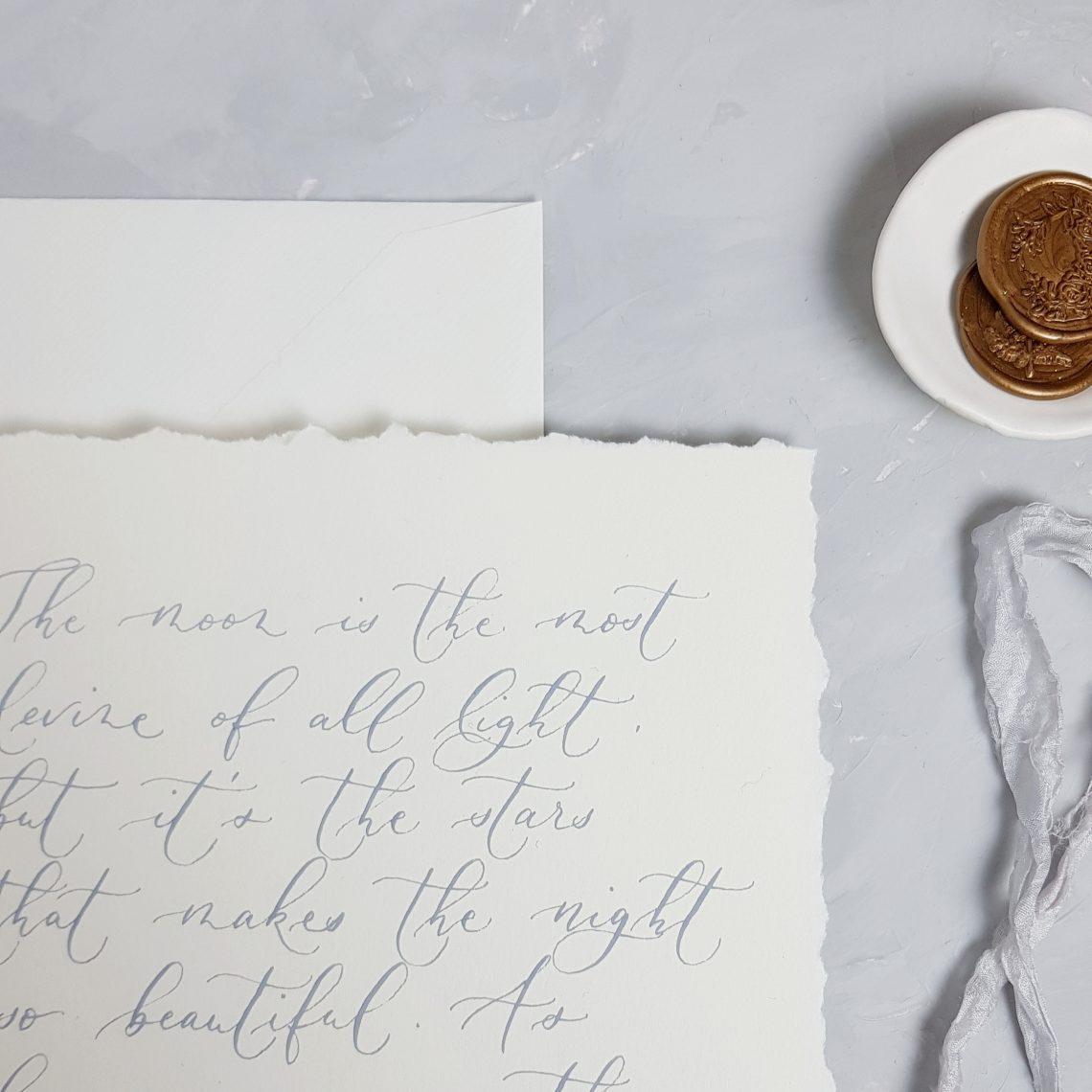 Kalligraphie auf Papier mit gerissenen Kanten