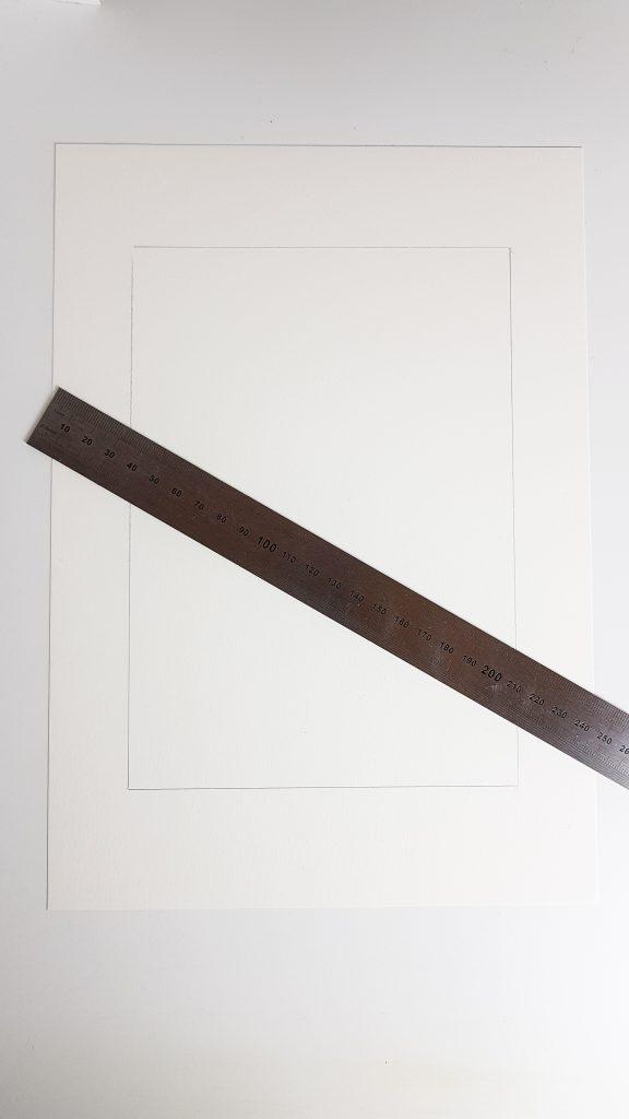 Das DIN A5 Blatt mittig positionieren, damit genug Rand zum greifen bleibt, um die gerissenen Kanten herzustellen
