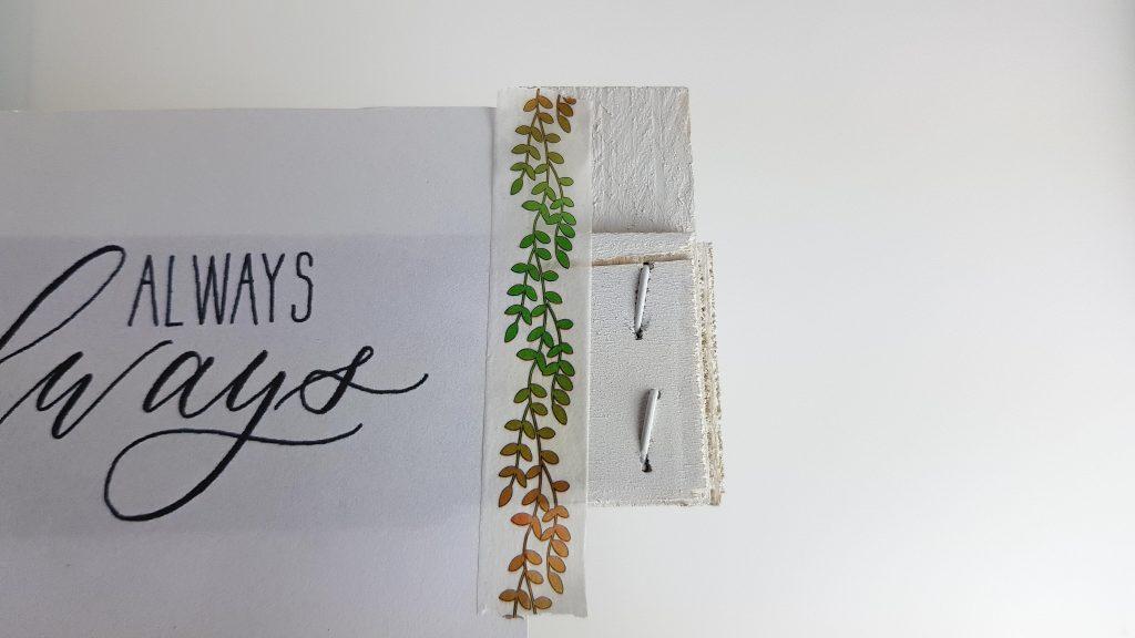 Kalligraphie-Vorlage wird auf der Obstkiste befestigt