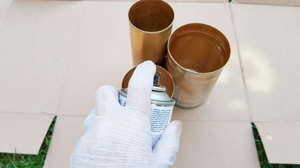 Konservendosen mit goldener Sprühfarbe