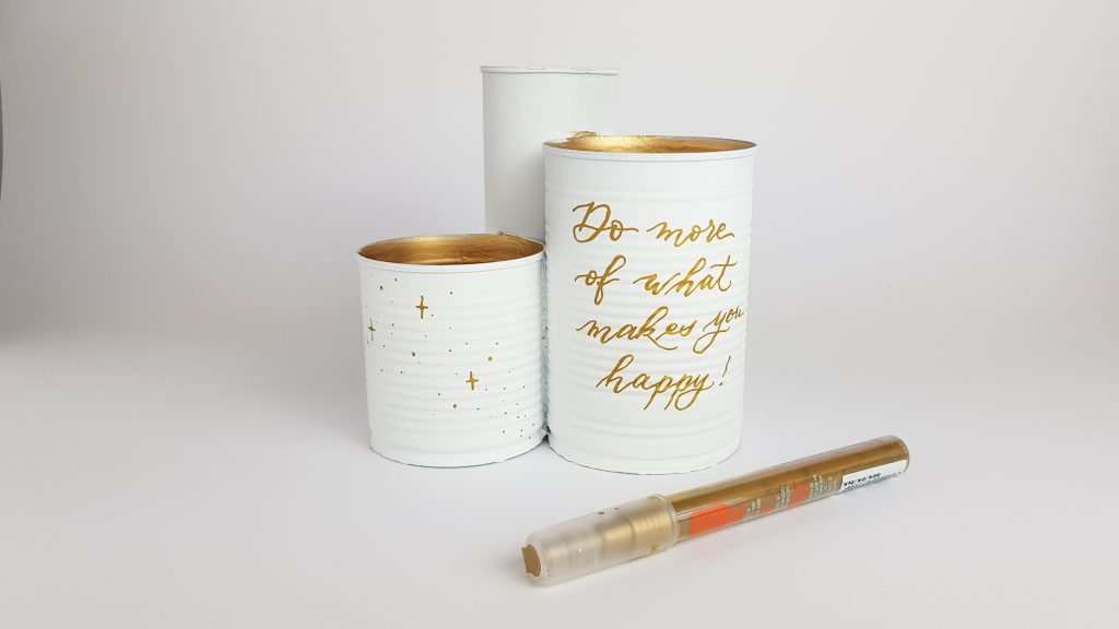 Konservendosen mit goldenem Acrylstift beschriften