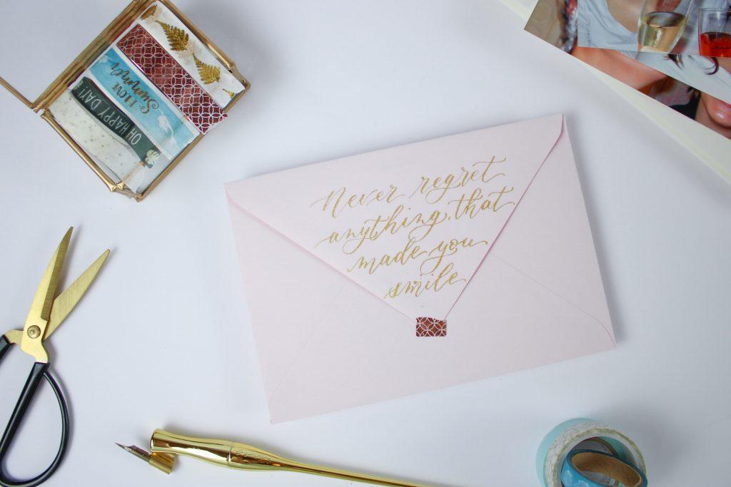 Briefumschlag mit beschrifteter Klappe