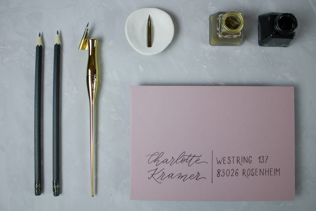 Umschlag mit minimalistisch graphischem Design
