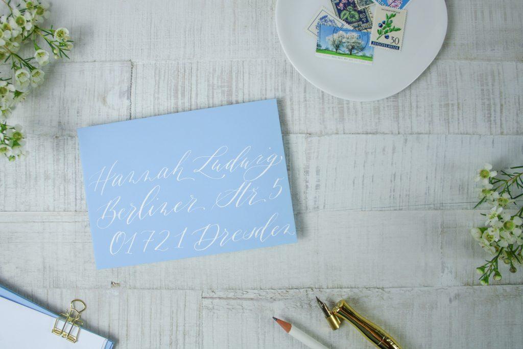 Umschlag beschriftet mit moderner Kalligraphie