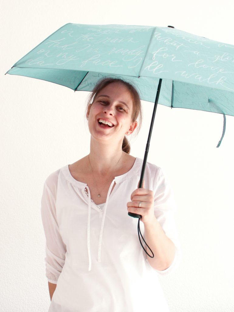 Regenschirm mit Schreibschrift beschrieben
