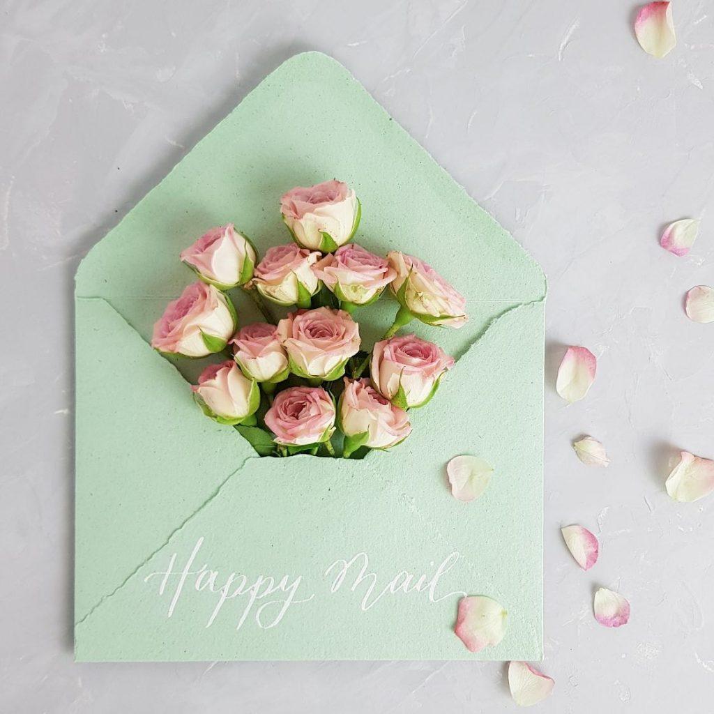Briefumschlag mit Blumen und Kalligraphie